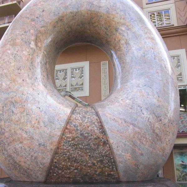 ヒルトンの「Aina」(大地)彫刻